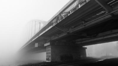 Spoorbrug in de mist 03495_ZW